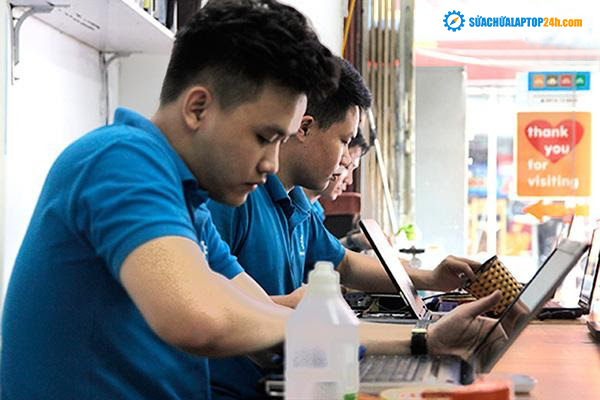 Technicians at SUACHUALAPTOP24h.com are fixing customer's laptops